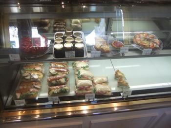 ショーケースにはサンドイッチが。タルトやコンフィチュールなどもあり、甘い物も欲しくなってしまいそう!
