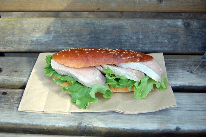 豚フィレを使ったサンドイッチ。低温調理しているらしくしっとりやわらか。軽やかな風合いのパンとお肉のバランスが良いです。