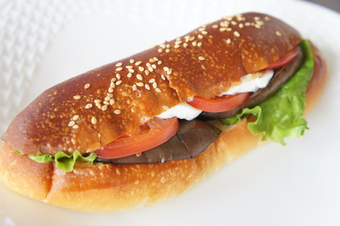 こちらは野菜のサンドイッチ。ナス・トマト・レタスなど新鮮な野菜がしっかりとれてうれしいですね。