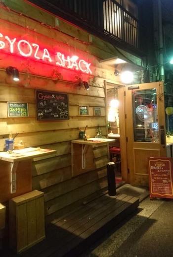 「GYOZA SHACK(ギョウザシャック)」は、東急世田谷線の三軒茶屋駅から徒歩2分ほどの三角地帯の一角にあります。一見すると餃子店とは感じさせない外観が、三軒茶屋ならでは。