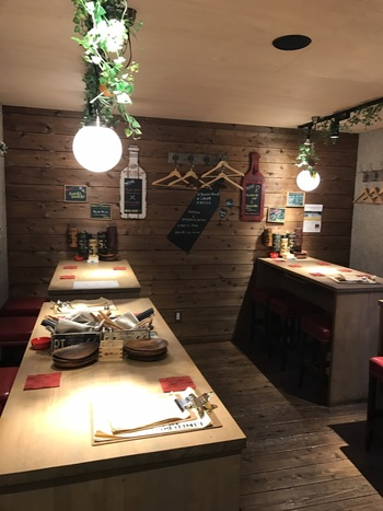 ブルックリンスタイルの小屋(シャック)で味わう「餃子」×「ワイン」×「純米大吟醸」のコラボレーション。  今までの餃子の概念を覆してくれる、新しいスタイルの餃子専門店です。