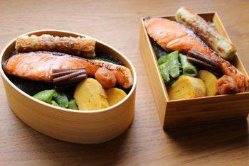 どーんと鮭の切り身がのった鮭弁当。空いたスペースには梅干しや佃煮などですきまを埋めれば立派な和風弁当に。