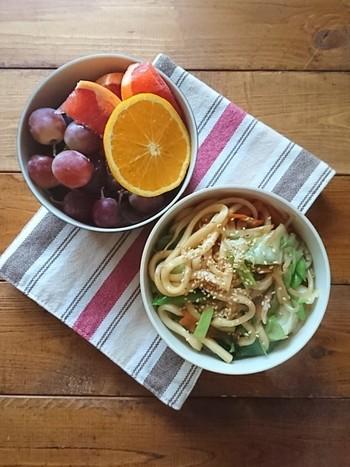 冷蔵庫にある野菜をたっぷり使った焼きうどん弁当は、1品で栄養が沢山摂れてお腹もいっぱいになるお手軽弁当。デザートに果物を添えてもいいですね。