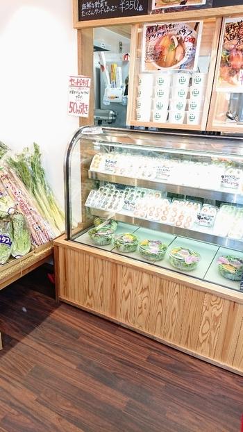 豪徳寺駅から徒歩約2~3分の場所にある『九百屋 旬世』。ショーケースにずらりと並んだサンドイッチが目を引きます。