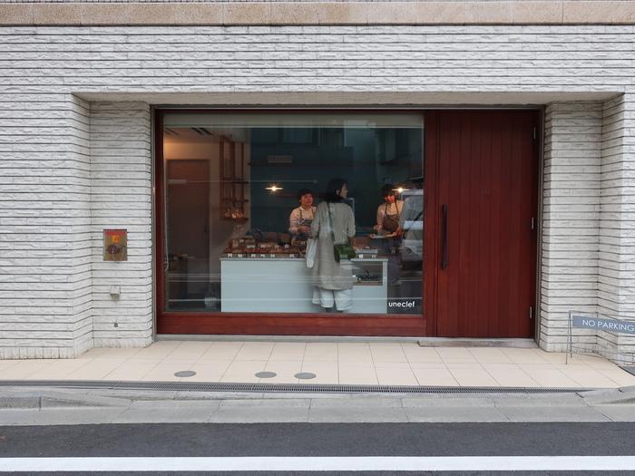 山下駅から徒歩約4分の場所にある『ユヌクレ』は行列ができることもある人気店です。