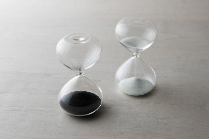 美しいガラスの中をさらさらと落ちていく白と黒の砂に思わずほれぼれしてしまうような、「廣田硝子」のガラス砂時計。継ぎ目も柱もないシンプルな砂時計で、汚れてもお手入れが簡単です。お料理や、勉強の休憩時間を測るときなどに重宝します。