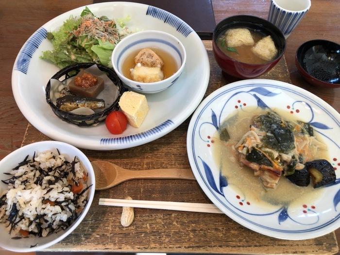 砥部焼観光センター炎の里にあるレストラン「Jutaro」では、地元産の野菜を使ったボリュームのあるランチやパフェなどが、砥部焼の器で提供されます。
