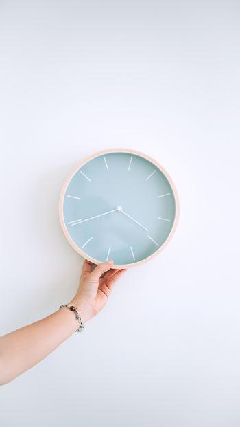 いつも定位置にあって、正確に時を刻む壁掛け時計。置き時計とちがい、移動させることの少ない壁掛け時計はそのお部屋にしっくりと馴染むデザインがおすすめです。