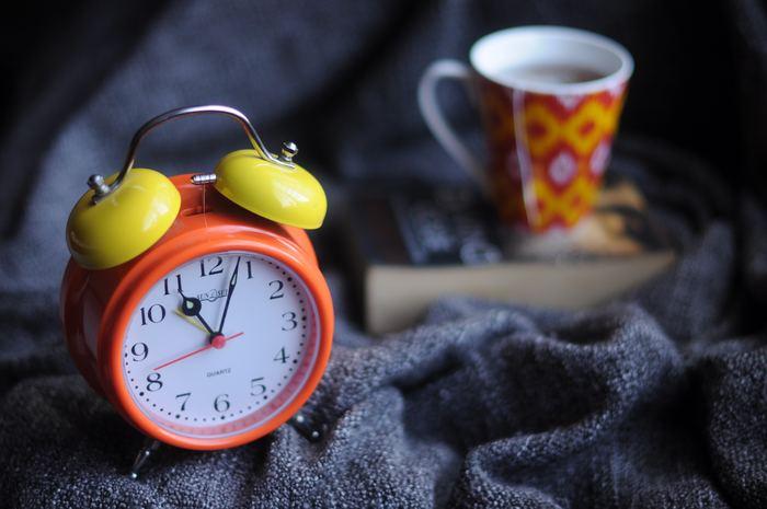 ほかの時計に比べて、便利な機能が備わったものが多い置き時計。早起きが苦手な方は、朝しっかりと起きられるアラームがついた時計を、風邪をひきやすい方は温度や湿度がわかるものなど、暮らしに合わせたものを選ぶことで毎日が少しだけ豊かになりますよ。