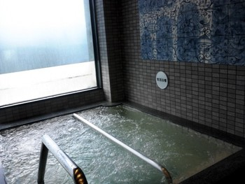 TOBE AUBERGE RESORTに宿泊した際は、車で送迎してくれる温泉「とべ温泉 湯砥里館 」へ立ち寄ってみませんか。  ナトリウム泉でお肌がすべすべになる「美人の湯」があることも注目ですが、さらなるポイントは、こちらの陶壁。そう、砥部焼で作られているんです!さらに一層、砥部焼に親しみがわきますね。  この浴室からは、砥部町の街並みが一望できるのも魅力です。
