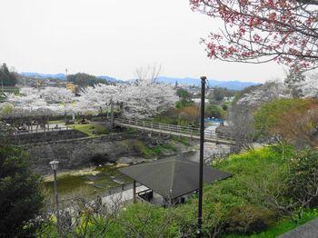 白磁に藍の染付けが施された伝統工芸品「砥部焼」。その古里が、砥部町です。  砥部町は、四国・愛媛県の中予地方に位置する町。松山と高知とを結ぶ国道が通り、交通の便も良く、豊かな自然にも恵まれています。また松山市のベッドタウンでもあるため、町には魅力的なスポットが点在しています。