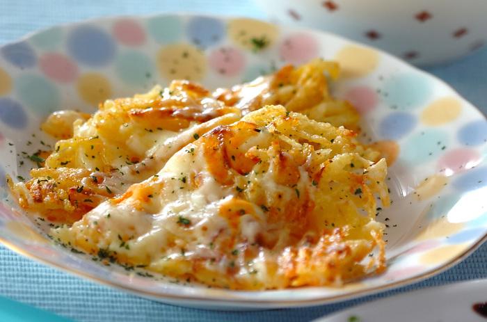 ジャガイモで作るガレットもカリカリの食感が美味しいと大人気。こちらの「ポテトとチーズのガレット」は、ジャガイモ、粉チーズ、ピザ用チーズで作る、シンプルながらチーズとジャガイモの絶妙なバランスが◎の、何度もリピしたくなる惣菜ガレットです。
