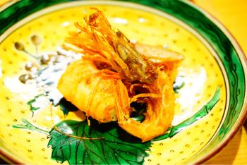 甘エビとガスエビのから揚げ。小鉢のメニューはその日の朝に市場で仕入れた食材の内容によって決まるそう。店名の通り、店主の魚への愛があふれるランチメニューです。