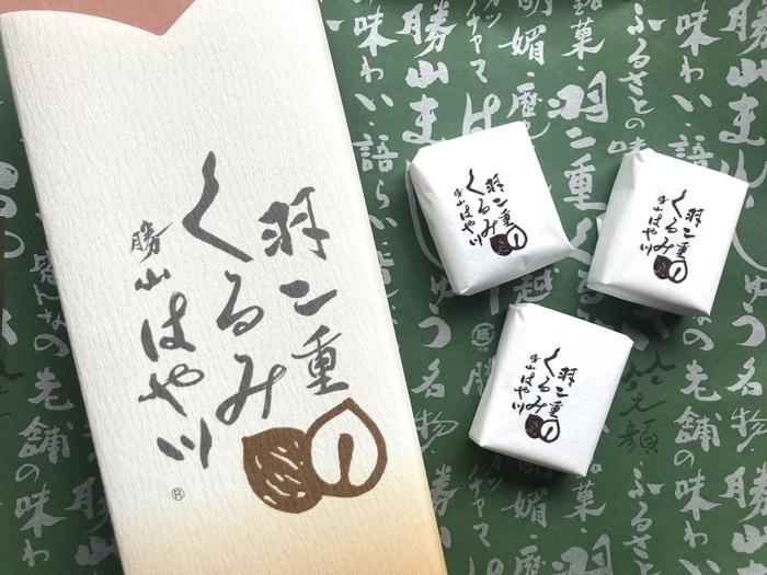 【金花堂はや川】の「羽二重くるみ」は、福井の銘菓「羽二重餅」をオリジナルにアレンジした物。くるみ入りの羽二重餅をシュー生地でサンドした、洋風テイストの和菓子です。