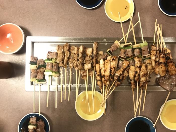 【秋吉】の焼き鳥は食べやすい小さめサイズが特徴です。メニューに合わせてオリジナルのタレが数種類出てくるので、いろいろな味わい方を楽しめますよ。