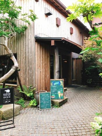 茅ヶ崎が誇る熊澤酒造に併設された「モキチ ベーカー&スウィーツ (mokichi baker & sweets)」。  緑のエントランスを抜けると、東北地方から築200年の古民家を移築して造りあげたという存在感のあるカフェが出迎えてくれます。