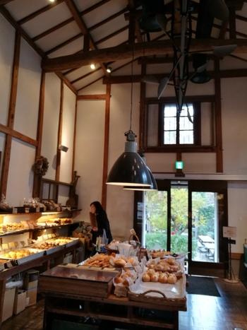 焼きたてのパンやケーキを販売しています。ゆっくりいただけるのが、併設するBaker's Cafeのスペースです。