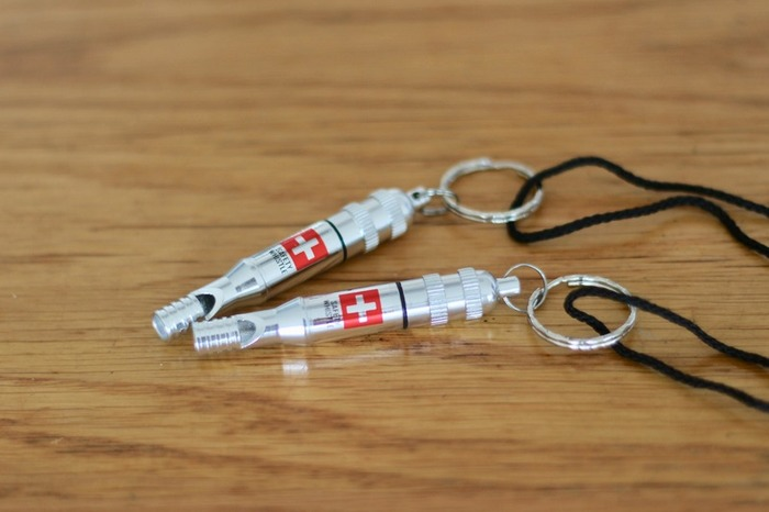 緊急用の笛も100均で購入できます。 中にはメモを入れることができるタイプも。連絡先や血液型などを書いておけば万が一のときにも安心です。