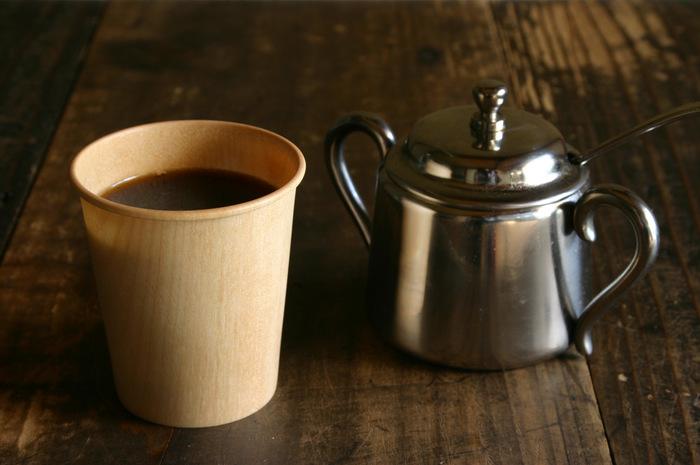 紙コップをモチーフに作られた木製の「Kop」。長年愛され続ける紙コップの形はそのままに、捨てることなく、繰り返し使えるようにと生み出されました。透けて見えるほどの美しい木目は、漆器の産地として有名な石川県山中の木製挽物の技術が応用された職人技です。