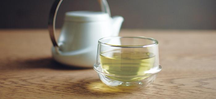 耐熱ガラスで作られた<KINTO>KRONOSシリーズのティーカップ。土星の輪をイメージさせるリングが特徴です。二重構造になっていて、熱いお茶を入れても持ちやすいんですよ!断熱効果もあり、飲み物の温度をキープしてくれます。見た目だけでなく、機能性も優れた湯のみです。