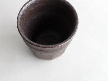 山形の土器をイメージして作られた、「紅花釉の器」。山形県出身のデザイナーが手掛けるブランド<山の形>のものです。名前の通り、釉薬には山形県白鷹の紅花が使用されています。手作りなので、個体差があるのも魅力のひとつです。