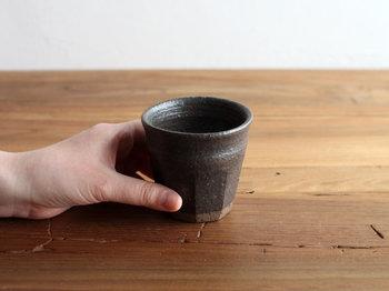 小さいけれどしっかりとした陶器で、重厚感がありますね。素朴でシンプルなデザインですが、つい手に取りたくなるような、温かみのある湯のみです。