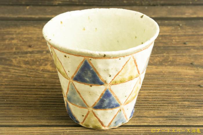 手作りの風合いを感じるこちらのカップ。兵庫県在住の陶芸作家・馬川祐輔さんの作品です。やさしい色使いと味のある質感がとても魅力的ですね。