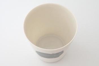 作っているのは、卵の殻ように薄くて軽い陶器づくりで有名な丸直製陶所。その高い技術によって、中の飲み物の色が透けるほど薄くて軽いコップに仕上がっています。飲み口の口当たりもよく、お茶の時間が楽しみになるようなコップです。