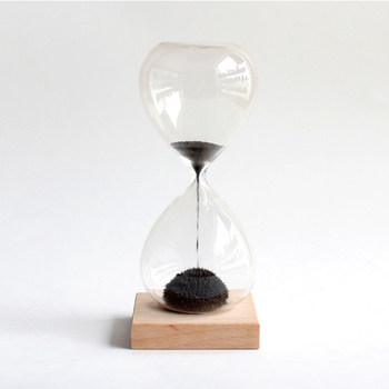 """子供の頃に磁石にくっつく砂鉄にワクワクしたことはありませんか?""""Magnetic Hourglass(マグネティックアワーグラス)""""は、そんなワクワクした気持ちも思い出させてくれる砂時計です。たまった砂鉄はまるでハリネズミのようで、ちょっとほっこりした気持ちになれますよ。"""