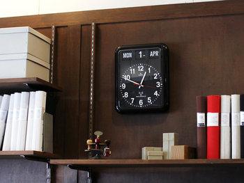 同じく「TWEMCO」から発売されている、シンプルで機能的なラジオコントロールカレンダーもおすすめです。電波を受信して、時間を補正してくれるほか、うるう年も自動で調整してくれるので、手動で時計を合わせる必要がありません。