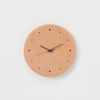 「Hender Scheme(エンダースキーマ)」のシンプルな掛け時計は、時計としてはもちろん、革の経年変化で長いスパンの時間軸も計ることができるというユニークなアイテム。シンプルだからこそ、素材感や細かいデティールのこだわりが引き立ちますね。