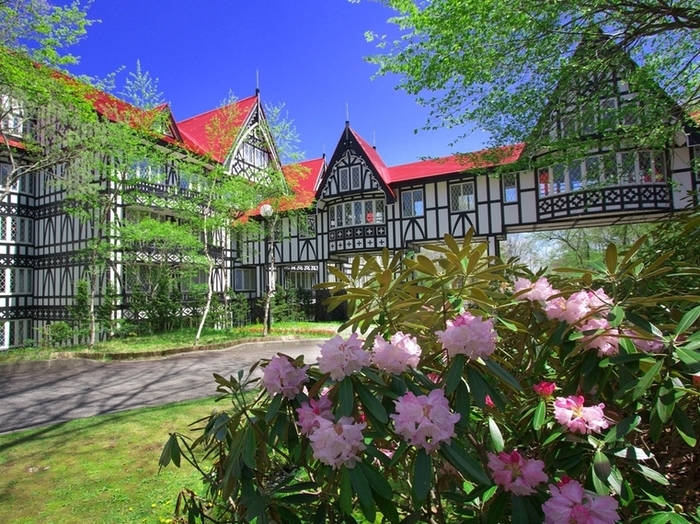 約100万平方mという広大な敷地のホテルグリーンプラザ軽井沢。緑や季節の花に囲まれ、四季折々の自然を楽しめます。