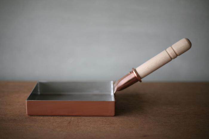 銅製の玉子焼き器といえば、<中村銅器製作所>。多くのプロの料理人も愛用する玉子焼き器です。厚めの銅板で作られていて、熱伝導と保温性は文句なし。普段の食事から、料亭で食べるようなふわふわの玉子焼きを楽しめます。
