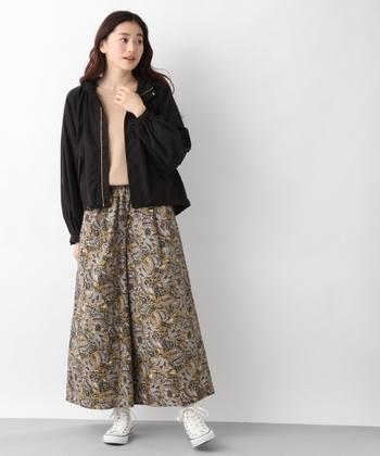 エスニックな柄スカートの引き締め役に、ミリタリージャケットをON。柔らかな色味のアウターだと、ちょっとぼやけた印象になってしまうので、シックな色味の黒は重宝します。