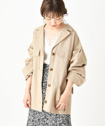 丈の長いタイプのミリタリージャケット。パンツでメンズライクに着こなすのもおすすめですが、旬のロングスカートで女性らしく着こなすと、より春気分を満喫できそうです♪