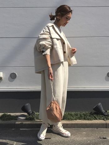 ホワイトのミリタリージャケットは、ビッグシルエットがとても素敵。合わせるお洋服は同じ色味でまとめて、バッグだけさし色カラーに。こなれ感がにじみ出る大人カジュアルコーデです。