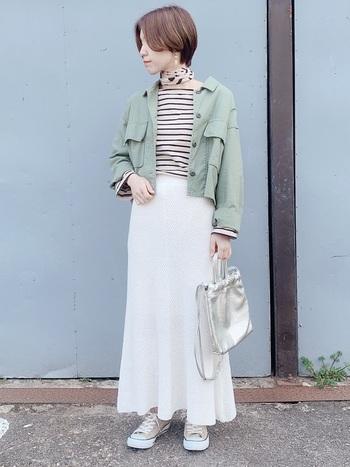 アッシュグリーンのミリタリージャケット。ボーダーTとロマンティックな白スカートに合わせると、おめかし×カジュアルのバランス感が絶妙なスタイルの完成です。ポイントは首元のスカーフで決まり。
