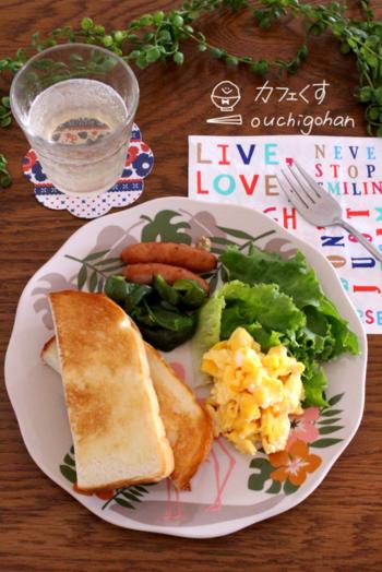 ベーシックなトーストと卵、ウインナーという洋風朝ごはん。お花の柄のプレートに、オレンジ、ピンク、グリーンが入っているので、食材の数が少なくても華やかになります。