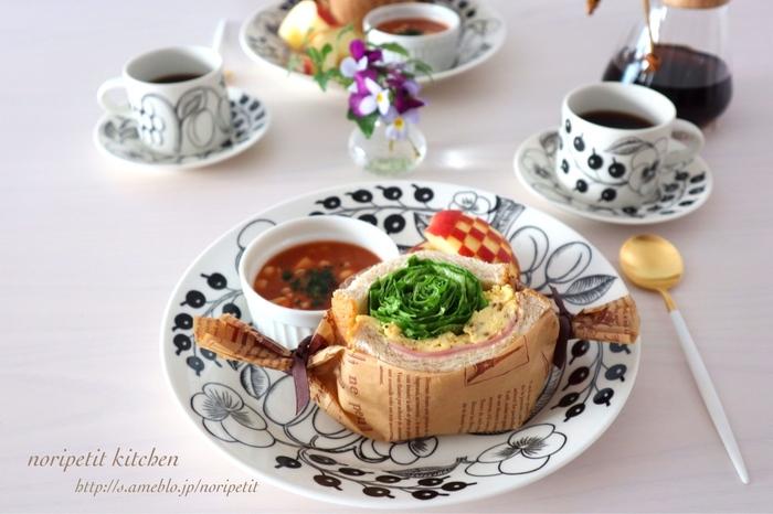 レタスを中央でくるくると巻いたインパクトのあるサンドイッチをメインにしたモーニングプレートです。ワックスペーパーの左右をリボンで軽く結んで、ちょっぴりおめかし。スープとフルーツも付ければ、大満足のモーニングになりますね。