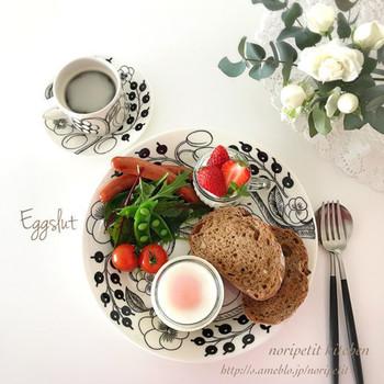 シンプルなパンの朝ごはんは軽くて、寝起きでもすぐに食べられそう。柄の入ったプレートを使えば、ぱっと華やかな雰囲気が簡単に作れます。