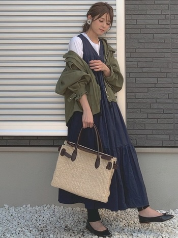 ミリタリージャケットでは定番のカーキ。黒のワンピースに、春夏素材のかごバッグを合わせて、心地よいカジュアル感とリラックス感をミックスさせたスタイルに。