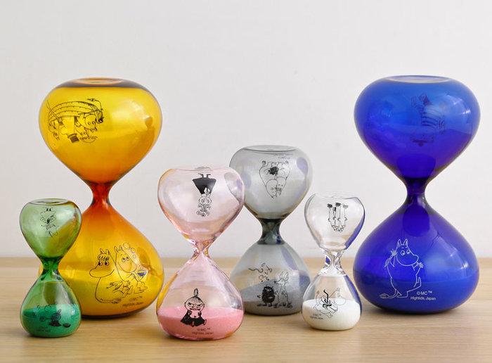 ムーミンキャラクターをあしらった砂時計は、ちょっぴりスモーキーなカラーと砂がとても美しく、いつまでも眺めていたくなるアイテム。