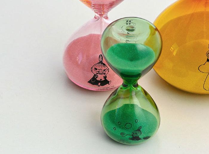 例えば、このリトルミイの砂時計をひっくり返すと、ミムラのおねえさん、など上下でそれぞれ違ったキャラクターが描かれていて、飾るだけでもなんだか楽しい気分にさせてくれる存在感。きっとムーミンと一緒なら待ち時間も楽しい時間に…。 素材は美しいハンドメイドのガラス製。まん丸滑らかなフォルムも優しく、砂の色もそれぞれのガラスに似合う組み合わせに。 砂時計の砂がゆっくりと落ちていくように、ムーミン達の暮らすムーミン谷も、ゆったりとした時間が流れているのかもしれませんね…。忙しい毎日に、ふと見ると、ほっこり癒されるムーミンの砂時計。みなさんの新しいパートナーにむかえてみませんか!