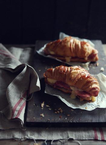 こちらはハムとチーズをパンに挟んで、オーブンで香ばしく焼きあげたクロワッサンサンドです。とろ~りとろけたチーズがとっても美味しそう♪短時間で簡単に作れるサンドイッチは、時間のない朝にもぜひおすすめです。