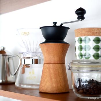 コンパクトなサイズ感と、手に馴染む丸みのある形がナチュラルで可愛い「MokuNeji×Kalita」のコーヒーミル。天然木の色合いと鉄素材の重厚感が高級感を醸し出していて、キッチンにあるだけでオシャレな雰囲気です。飲む直前に豆を挽くことで芳醇な香りが楽しめて、いい気分になれそう♪