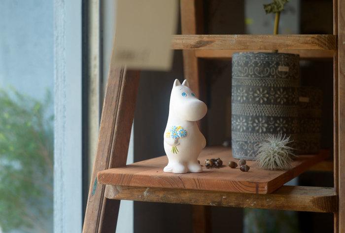 みなさんは、ムーミンの博多人形があるのをご存知ですか?博多人形師の匠の技から生まれる「ムーミンの博多人形」は、400年の伝統を伝える人形師の松尾さんが手掛けた作品。日本の伝統的工芸として知られる「博多人形」は、世界で最も表現力が豊かな人形といわれているそうで、自由度の高い型取り、細部にこだわった彫り込み、丁寧な色付け、そのひとつひとつを一人の人形師が一貫して行う、まさに高いクオリティを誇る人形。