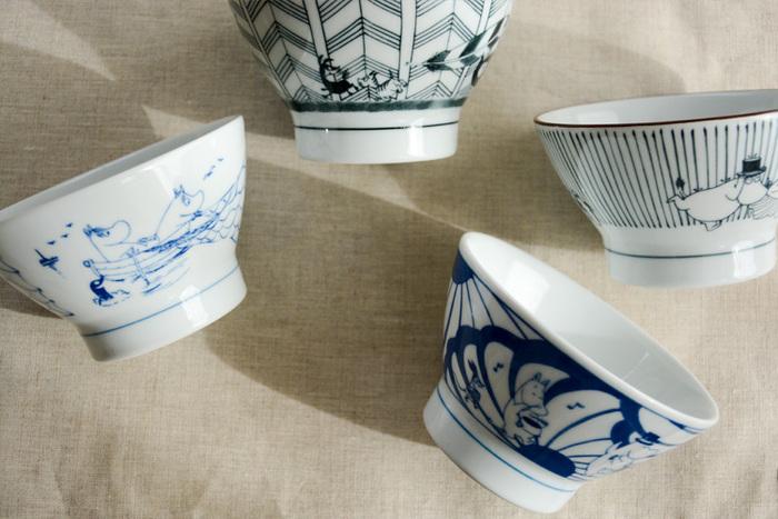こちらは、ムーミンの茶碗。普段の食事は和食派の方、白いご飯が大好きな方には、こんな可愛らしいムーミンの茶碗はいかがでしょうか!amabroと波佐見焼きのコラボで実現した茶碗は、江戸時代に波佐見町でさかんに焼かれていた日常食器「くらわんか茶碗」をベースに作り上げたもので、さらに伝統技法の「呉須」で染付されています。筆で描かれたムーミンもまた、どこか懐かしい雰囲気で心がほっと和みます。