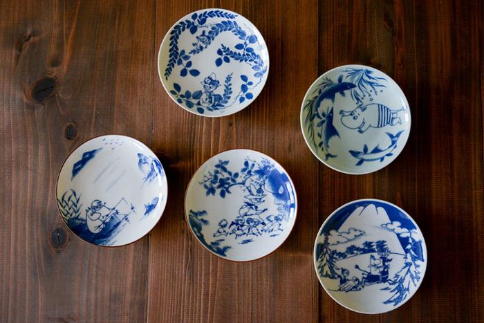 こちらも同じく、amabroと有田焼とのコラボで実現した和食器。使うシーンが多い平皿は、毎日の器のメインキャストといってもいいくらい頼れる存在。銘々皿としては勿論、卵焼きや焼き魚を一切れ、あと一品のお漬物なんかを盛り付けるのにもとっても重宝します。また、時には大好きな果物を盛り付けたり、3時のお茶の時間には、ケーキをのせて楽しんだり…。柔らかな染付けの色合いが魅力のムーミンの平皿。トーベ・ヤンソンの原画のような素朴さと、ぬくもりを感じさせてくれるアイテムです。