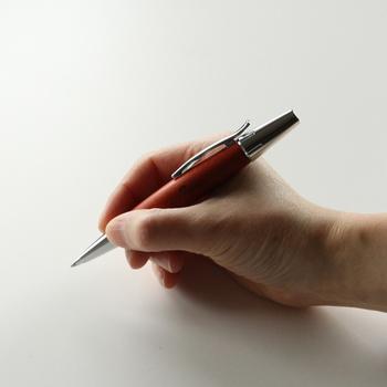 例えばこちらのボールペンは、梨の木を用いて作られた物。丸みのある独特なデザインは、握りやすさも考慮されているんです。丁寧に文字を書きたくなりそうですね。