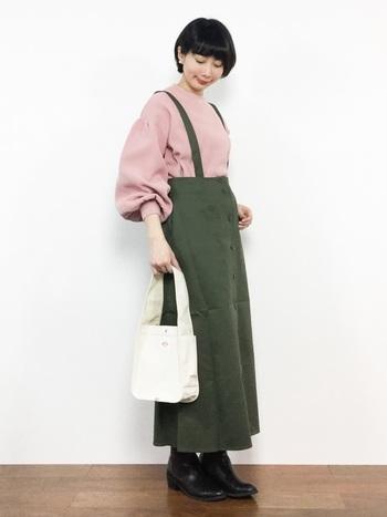 大人が挑戦しやすいくすみピンクとカーキの組み合わせ。ホワイトのデザインバッグがシンプルな装いのポイントに。